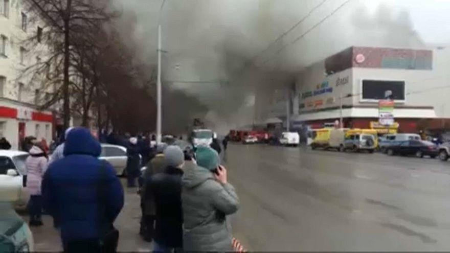 Incendio in un centro commerciale, strage in Siberia