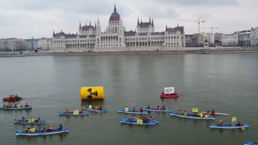 Budapest: Greenpeace sul Danubio per dire no al nucleare Paks II