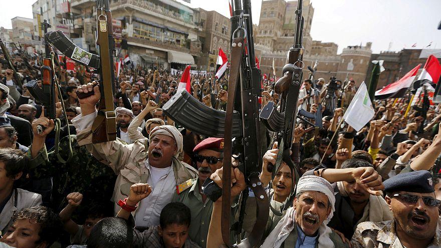 بالفيديو: الحوثيون يستعرضون قوتهم في صنعاء بحلول الذكرى الثالثة للحرب اليمنية