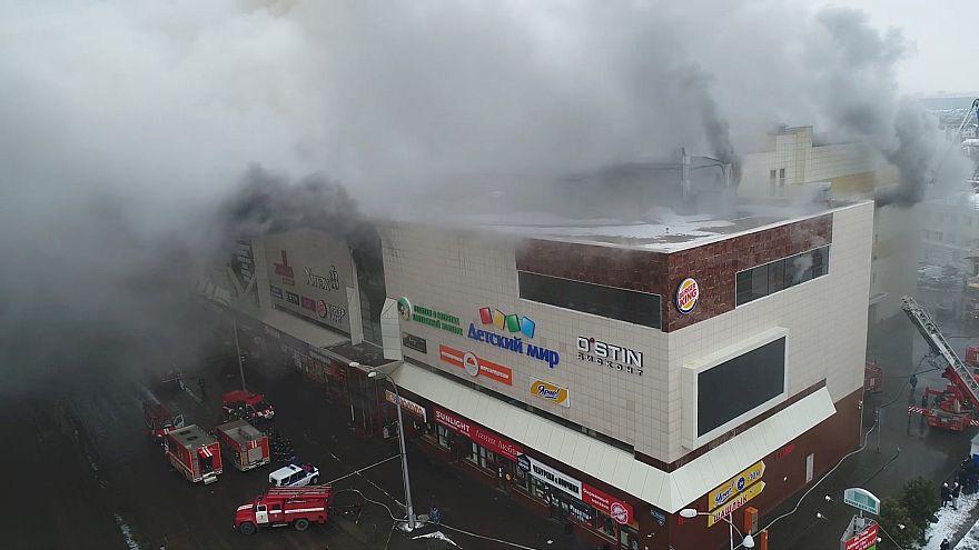 Edifício de cinco pisos, incluindo um subterrâneo, pegou fogo pelo topo