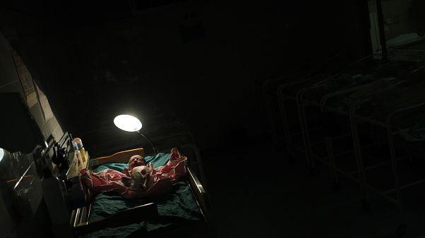 Un bébé juste après sa naissance dans une maternité