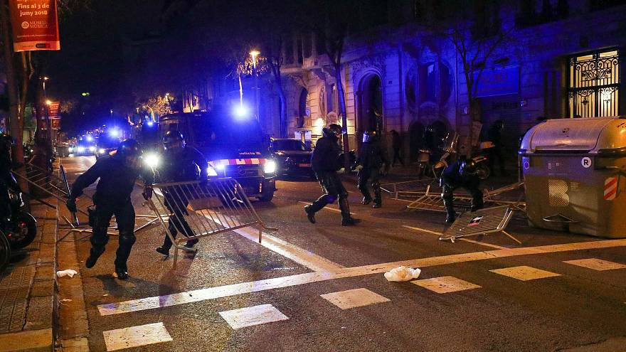 Polizei von Katalonien räumt Barrikaden weg