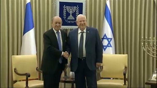 الرئيس الإسرائيلي، روفن ريفلين (يمين) ووزير الخارجية الفرنسي لودريان