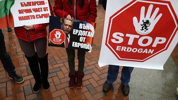 Tüntetők várták Várnában Erdogan török elnököt