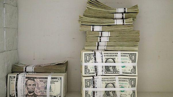 أوراق نقد من فئات مختلفة من الدولار الأمريكي في شركة بفيينا