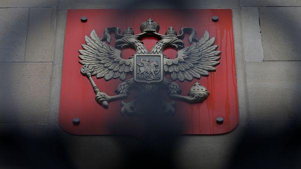 Москва протестует и грозит ответом на высылку дипломатов
