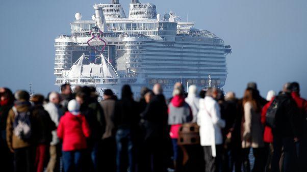 Mega-Kreuzfahrtschiff auf Jungfernfahrt