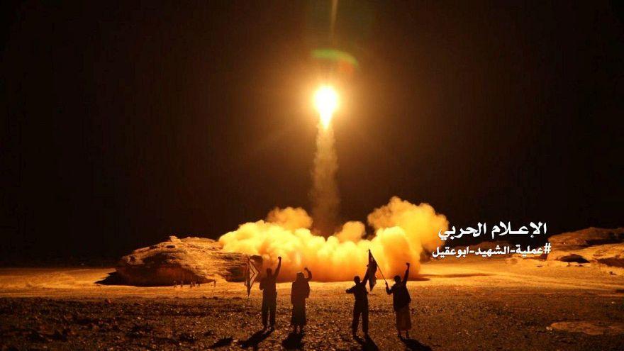 شاهد: لحظة إطلاق الحوثيين لصواريخ باليستية في اتجاه الرياض