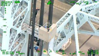شاهد: رجل يحاول الانتحار من أعلى جسر في نيويورك
