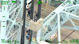 پلیس، فردی را که قصد خودکشی داشت از روی پلی در نیویورک نجات داد