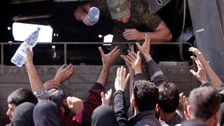 بالفيديو: برلماني سوري يطالب نازحين بالهتاف للأسد مقابل قوارير الماء