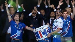 Isländische Fans feuern ihr Team an