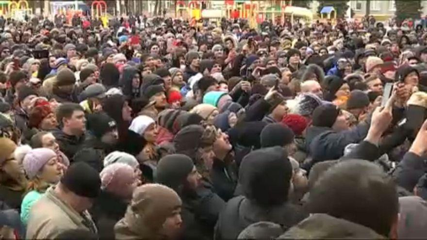 Dühös tüntetés a plázatűz után