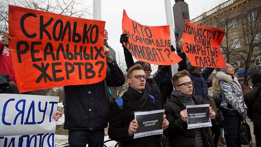 Menschen protestieren in Kemerowo