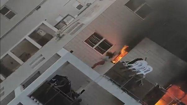 فتاة تقفز من شرفة منزلها بعد اندلاع حريق ضخم في بئر سبع
