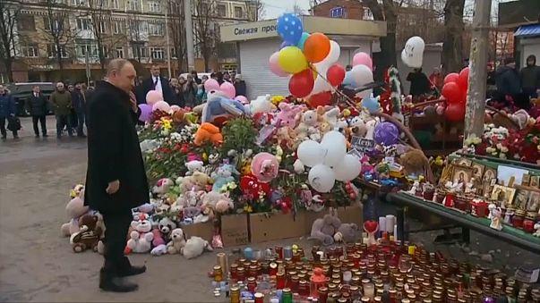 الرئيس الروسي فلاديمير بوتين يزور نصبا تذكاريا لضحايا حريق