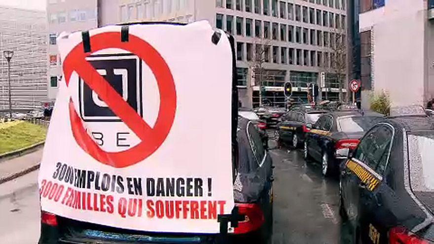 Bruxelles paralizzata dalla rabbia dei tassisti contro Uber