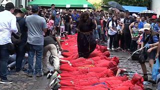 مردم السالوادور رسیدن فصل عید پاک را با شیطان پوشی و شلاق زنی آغاز کردند
