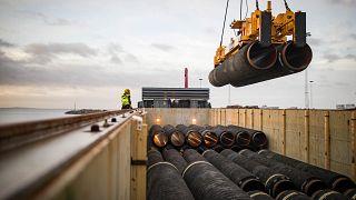 Leitungsrohre werden auf der Insel Rügen verladen
