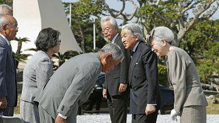 امبراطور وامبراطورة اليابان في أوكيناوا لتأبين ضحايا الحرب