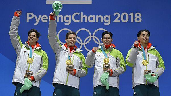 A győztes magyar válogatott tagjai az éremátadáson a phjongcshangi olimpián