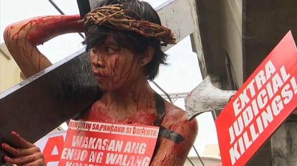 اعتراض به فقر در فلیپین در لباس مسیح به صلیب کشیده شده