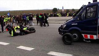 متظاهرون يسدون طريقا سريعا في كتالونيا