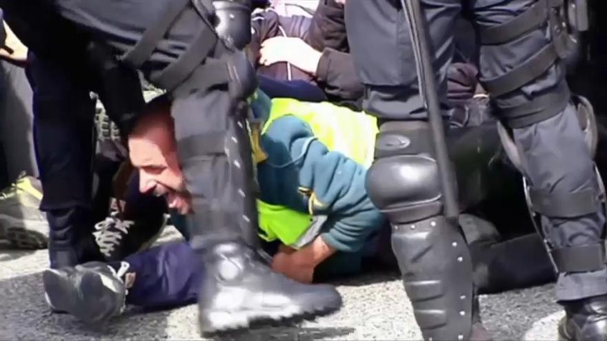Catalan police break up pro-independence motorway protest