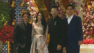 نجم بوليوود شاروخان (يسار) في حفل خطوبة ابن أثرى رجل أعمال في الهند