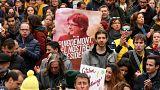 Demonstranten mit einem Plakat von Carles Puigdemont