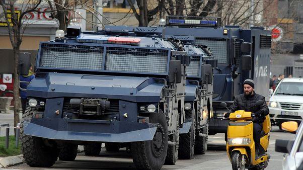 Carros blindados nas ruas de Mitrovica, no Kosovo