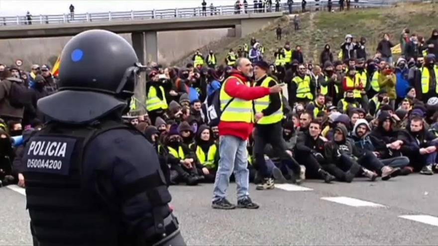 Katalonya'da bağımsızlık yanlıları otoyolu kapattı