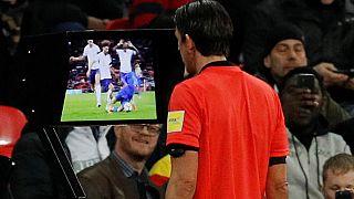 L'arbitro Aytekin consulta la VAR prima di assegnare il rigore all'Italia.