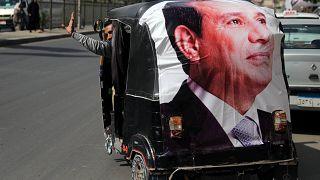 Ein Wagen mit einem Poster von Präsident Al-Sisi