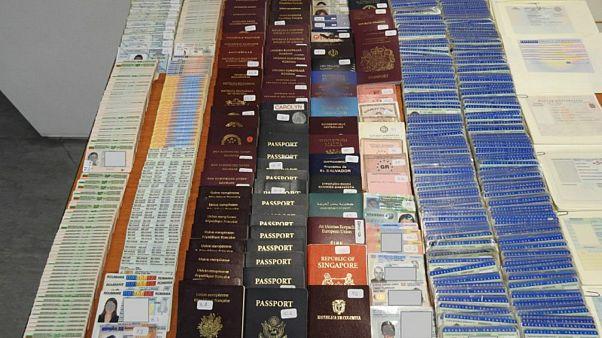Στα ίχνη «βιομηχανίας» πλαστών διαβατηρίων για μετανάστες η ΕΛ.ΑΣ.