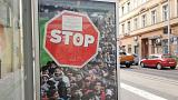 Ein Plakat an einer Bushaltestelle in Budapest für ein Einwanderungsstopp