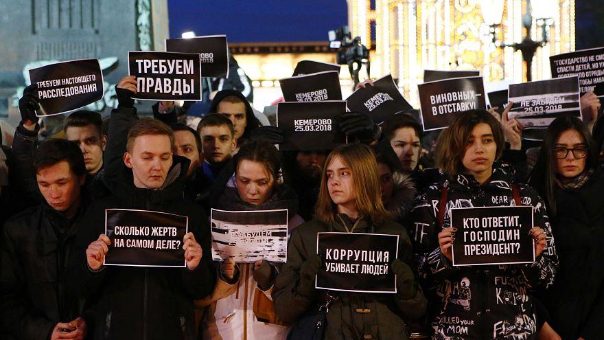 Menschen fordern Sicherheit in Kemerowo