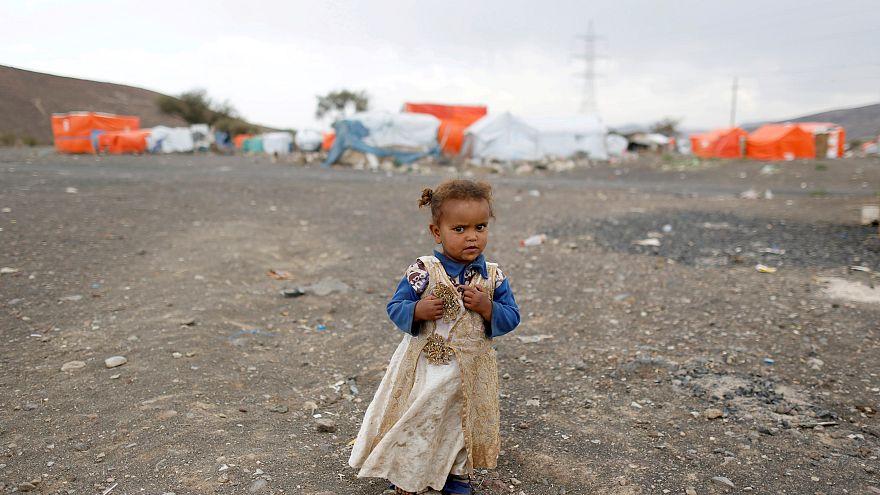 صورة لطفلة بأحد معسكرات الإغاثة باليمن