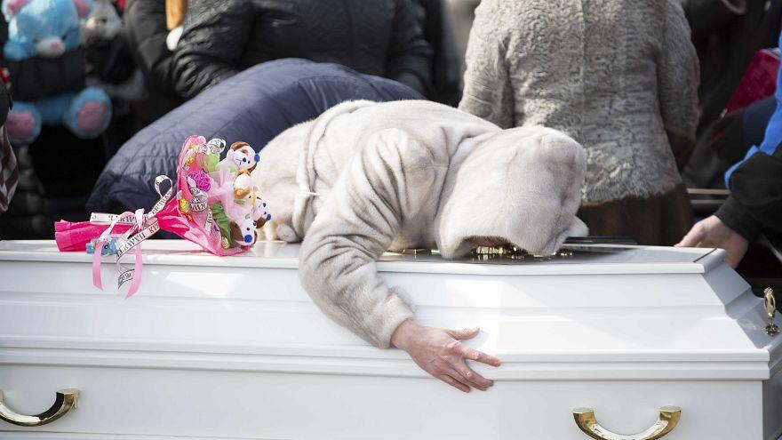 Emoção no funeral de três vítimas de Kemerovo