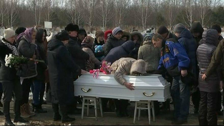 Russia: primi funerali dopo l'incendio. Proteste anti-Putin