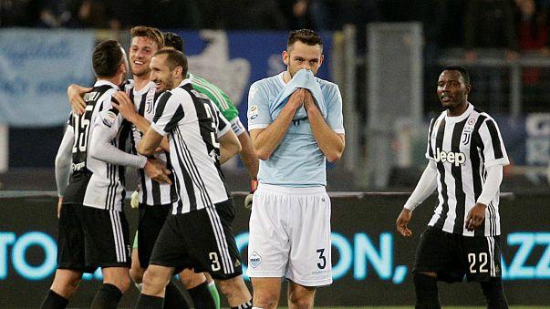 دي فراي يقف في حسرة وسط لاعبي نادي يوفنتوس