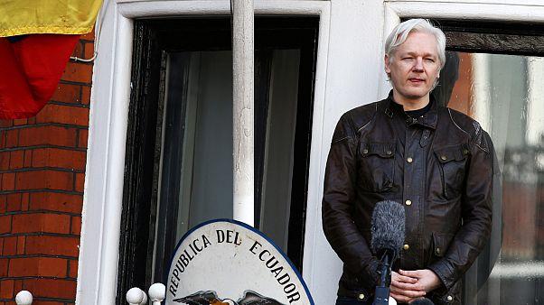 Assange-t elzárták a külvilágtól