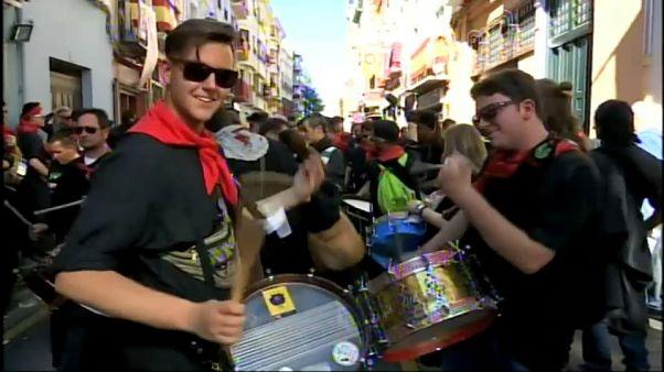 Jóvenes tocan el tambor en la Tamborada de Hellín