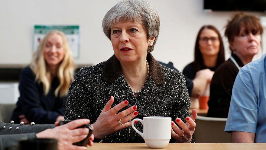 Theresa May in einer Textilfabrik in Schottland