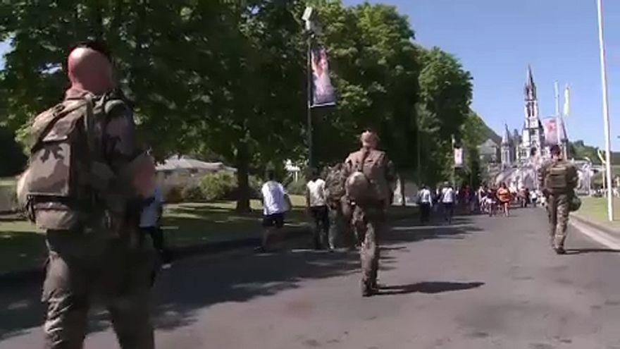 Kocogó katonákat akart elgázolni