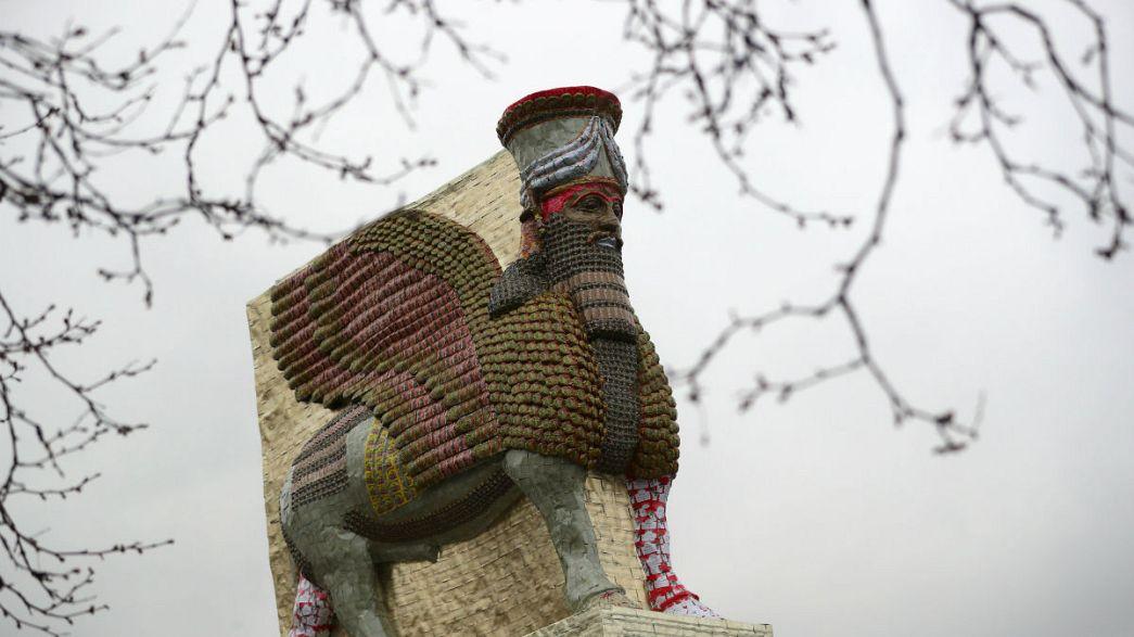 Kanatlı Boğa heykelinin kopyası Londra'da