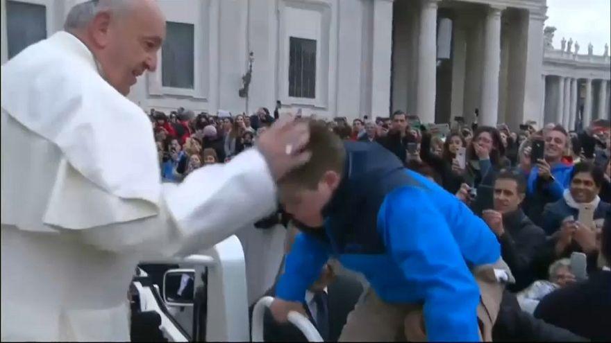 Понтифик прокатил больного мальчика