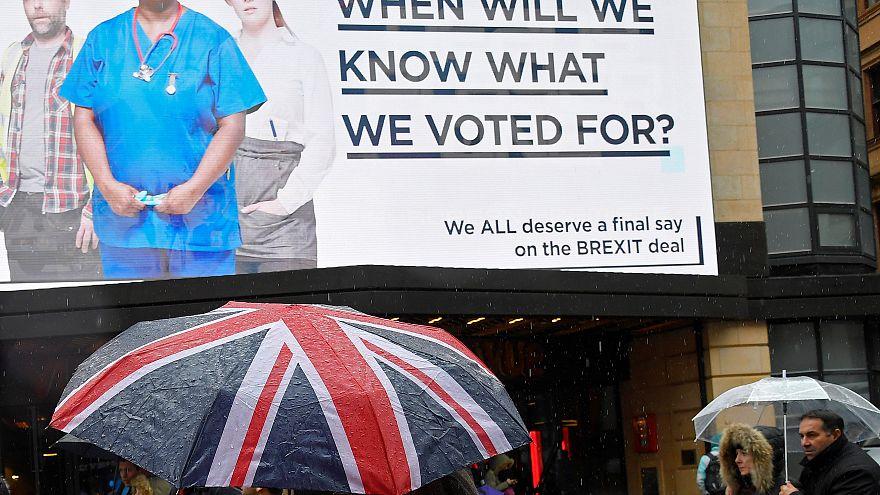 Ein Regenschirm mit einer britischen Flagge in London