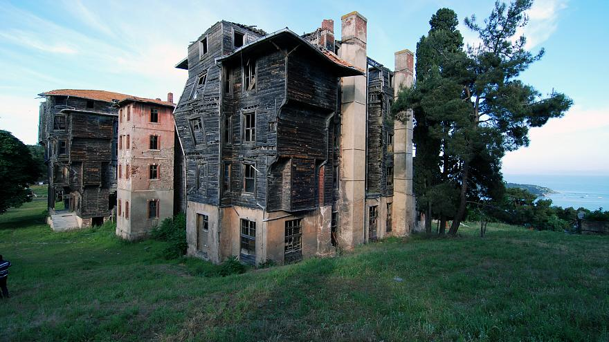 Európa legnagyobb fából készült háza a megsemmisülés szélén áll