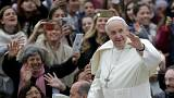 Young cancer survivor gets ride in Popemobile
